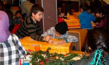 Kinder beim Auspacken von Weihnachtsgeschenken