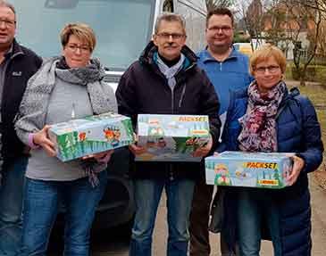 Ehrenamtliche Helfer des CHD mit Weihnachtspaketen in Berlin