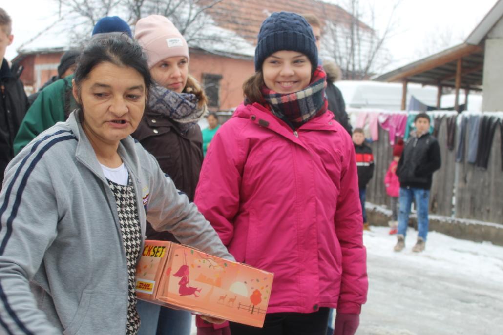Jugendliche in Rumänien mit Weihnachtspaketen
