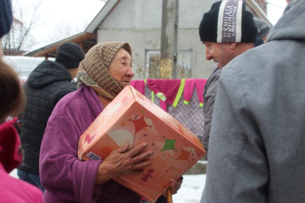 Ältere Dame in Rumänien mit Weihanchtspaket