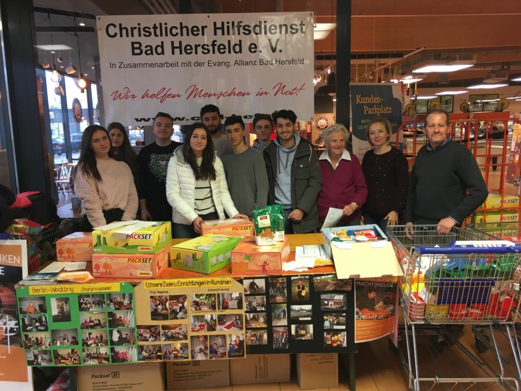Mitarbeiter des CHD beim Paketepacken am Stand in Bad Hersfeld