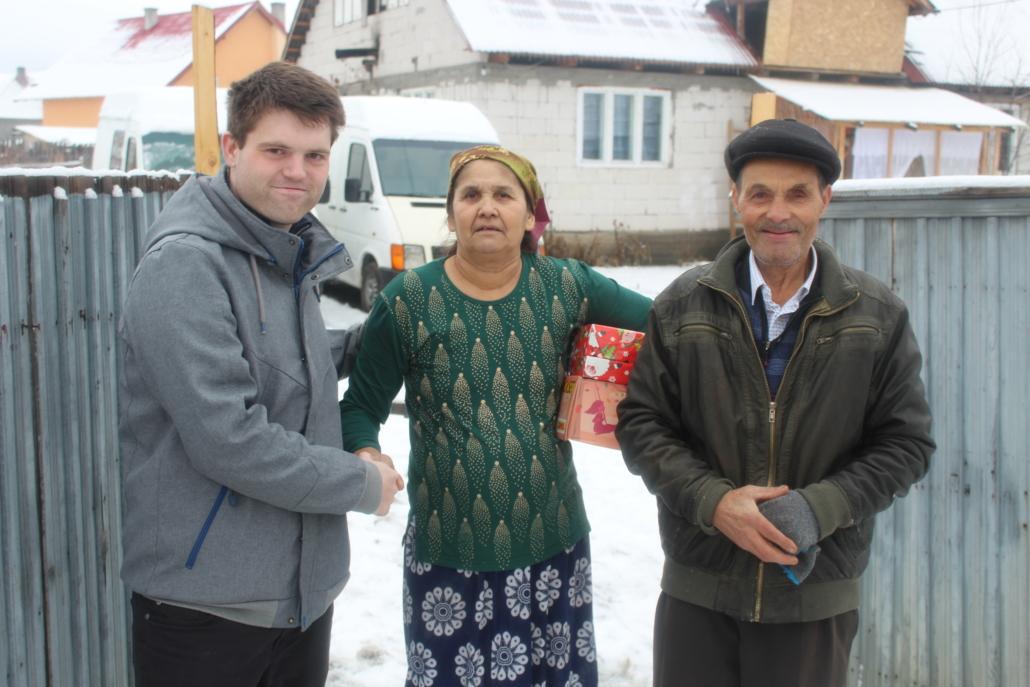 Altes Ehepaar mit Weihnachtspaketen